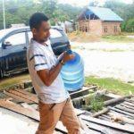 Tukang Galon Air Isi Ulang Lolos Jadi Anggota Dewan